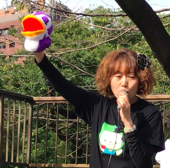 増上寺 明徳幼稚園 の 明徳祭 2019年 に出演。お友達と一緒に世界で一つの楽器「お喉」について勉強。天気にも恵まれ、楽しい時間でした!パペットのプースラーはこの日,衝撃デビュー プースラーくんは、発声指導を担当。シンガーソングライター 奥村多恵子 Singersongwriter Taeko Okumura