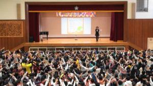 戸頭小学校 第五回 戸頭フェスティバル に出演!  シンガーソングライター 奥村多恵子   学校体育の中に取り入れて頂いた「幸せのたね」を使ったエアロビックダンス。踏まれたっていつも光の方に進んでねというメッセージがみんなの心の中で育ってくれているようで、本当に嬉しいです。「太陽のうた」の合唱を聴かせて頂き、感動!